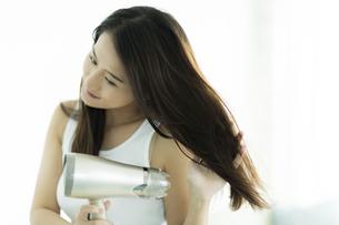 ドライヤーで髪を乾かす若い女性 FYI00497364