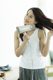 ドライヤーで髪を乾かす若い女性 FYI00497368