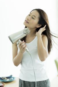 ドライヤーで髪を乾かす若い女性 FYI00497369