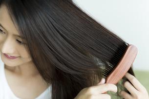 髪をとかす若い女性 FYI00497371