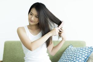 髪をとかす若い女性 FYI00497379