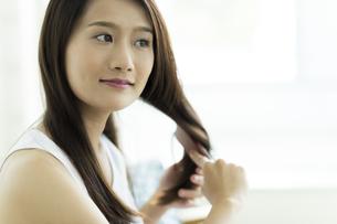 髪をとかす若い女性 FYI00497382