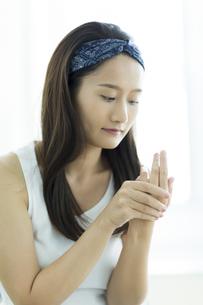 若い女性のハンドケアイメージ FYI00497402