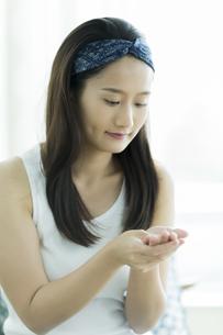 若い女性のハンドケアイメージ FYI00497406