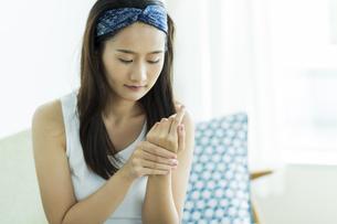 若い女性のハンドケアイメージ FYI00497407