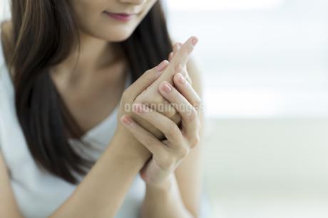 若い女性のハンドケアイメージ FYI00497409