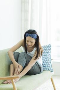 若い女性のフットケアイメージ FYI00497414