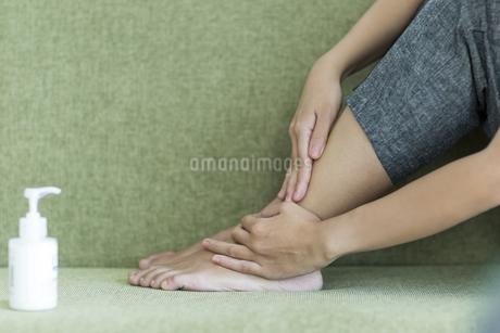 若い女性のフットケアイメージ FYI00497417