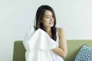タオルで髪を拭く若い女性 FYI00497422