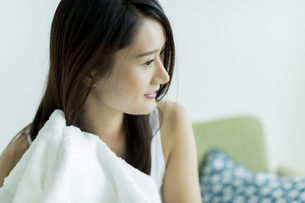 タオルで髪を拭く若い女性 FYI00497423