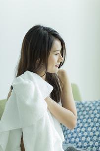 タオルで髪を拭く若い女性 FYI00497424