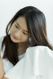 タオルで髪を拭く若い女性 FYI00497425