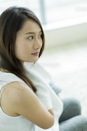 タオルで髪を拭く若い女性 FYI00497426
