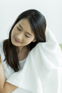 タオルで髪を拭く若い女性 FYI00497428