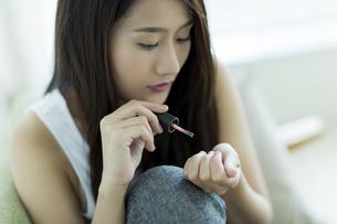 ネイルをする若い女性 FYI00497430