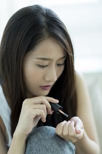 ネイルをする若い女性 FYI00497436