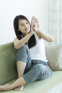 若い女性のネイルケアイメージ FYI00497440