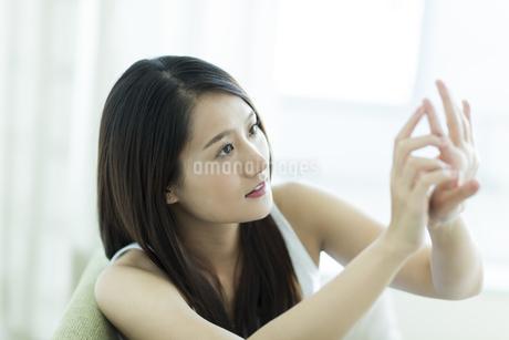 若い女性のネイルケアイメージ FYI00497444