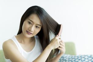 髪をとかす若い女性 FYI00497451