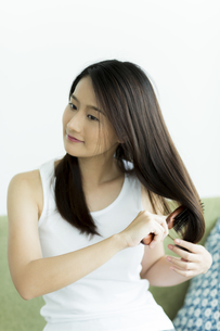 髪をとかす若い女性 FYI00497452