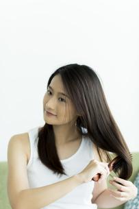 髪をとかす若い女性 FYI00497454