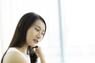 髪をとかす若い女性 FYI00497459
