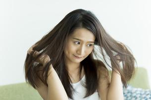 髪を触る若い女性 FYI00497467