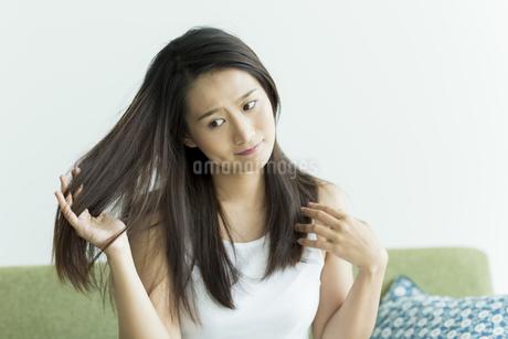 髪を触る若い女性 FYI00497468