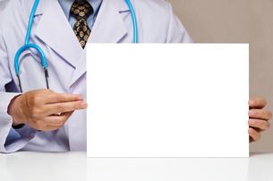 白いボードを持つ医者 FYI00541813