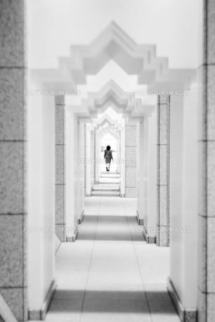 白い建物と遠くを歩いている女性 FYI00543753