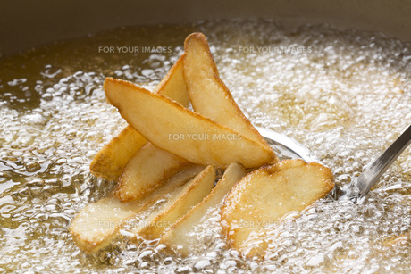 フライドポテトの料理シーン FYI00545229