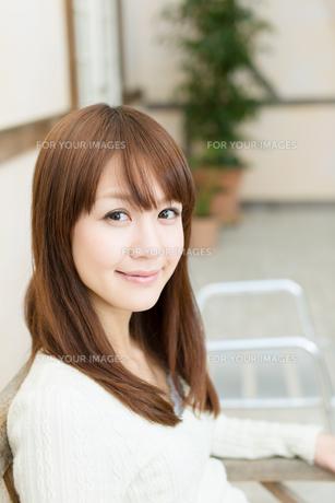 爽やかな若い女性 FYI00558319