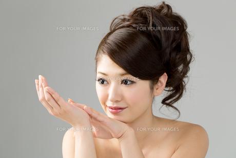 肌の綺麗な女性 FYI00559229