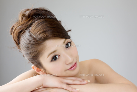 肌の綺麗な女性 FYI00559243
