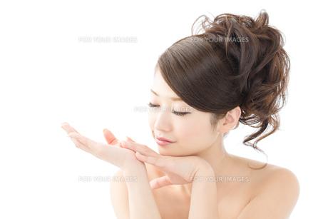 肌の綺麗な女性 FYI00559255
