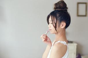 口紅を塗る女性 FYI00559434