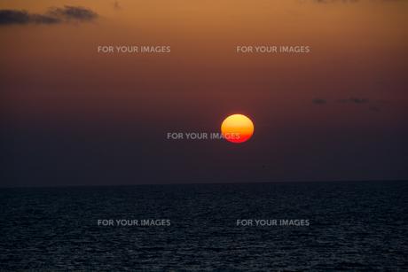 海に沈む夕陽 FYI00559711