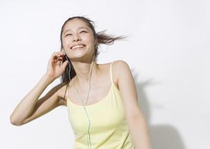 音楽を聴く若い女性 FYI00603317