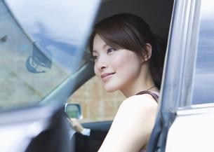 ドライブする若い女性 FYI00603379