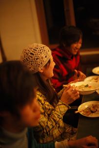 夕食を食べる若者 FYI00603402