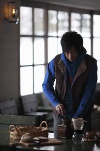 コーヒーを挽く男性 FYI00603403