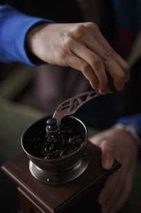 コーヒー豆を挽く FYI00603404