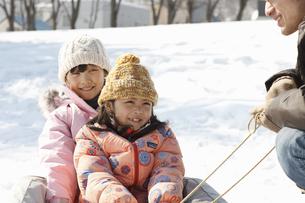 雪遊びする父子 FYI00603408
