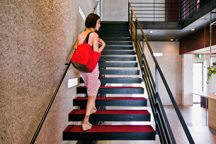 階段を上る女性 FYI00603412