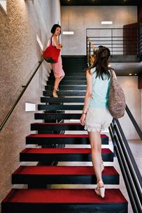 階段を上る二人の女性 FYI00603417