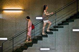 階段を上る女性と下る女性 FYI00603419