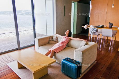 ソファーに座る女性 FYI00603421