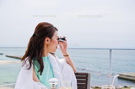 オペラグラスで遠くを見る女性 FYI00603430