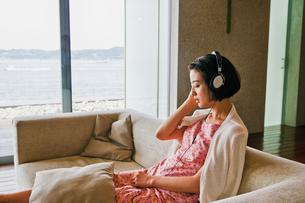 音楽を聴く女性 FYI00603431