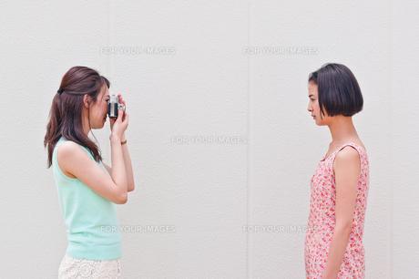 写真を撮る女性 FYI00603448